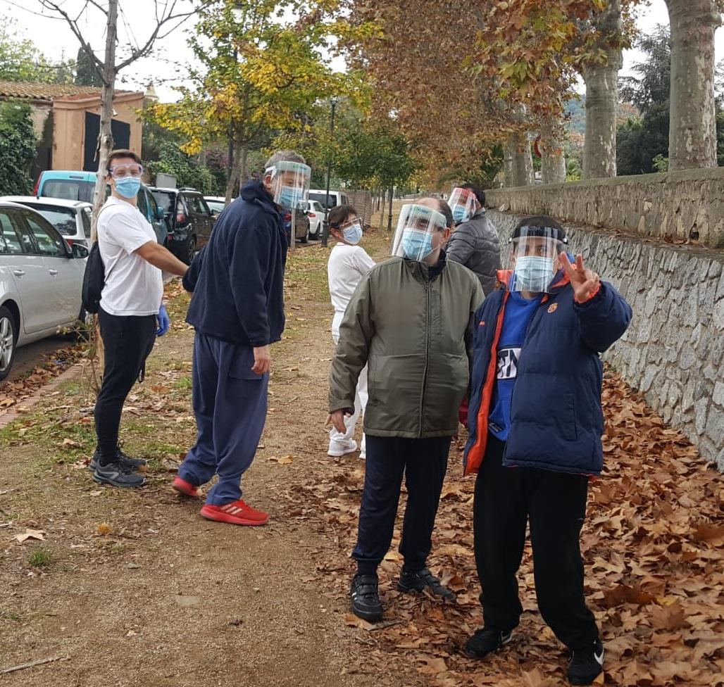 Excursió amb mascaretes dels residents de Les Hortènsies