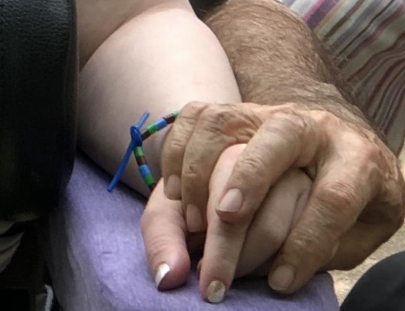 Mans entrellaçades. L'Alzheimer, enemic de la memòria.